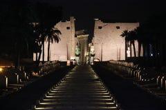 Luxortempel 's nachts met verlichting Stock Afbeelding