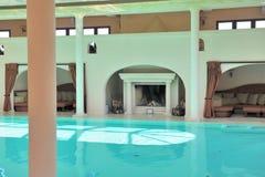 Luxueus binnen zwembad stock fotografie
