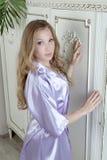 Luxueus blonde in een lilac robe stock foto