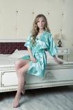 Luxueus blonde in een turkooise robe stock fotografie