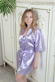 Luxueus blonde in lilac zijderobe royalty-vrije stock foto