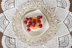 Luxueus dessert op verzilverd tafelgerei Stock Foto