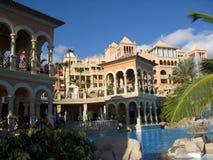 Luxueus hotel en pool Stock Afbeelding
