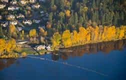 Luxueus Huis door de Oever van het meer op Kalme Dag Royalty-vrije Stock Afbeelding