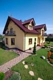Luxueus huis en tuin stock afbeelding