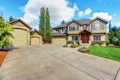 Luxueus huis met goed gehouden gazon en groene buitenverf stock afbeeldingen
