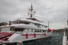 """Luxueus jacht """"Forever one"""" bij Porto Cervo haven, Italië stock afbeeldingen"""