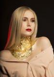 Luxueus jong model met lang blondehaar en gouden folie op h Royalty-vrije Stock Afbeeldingen