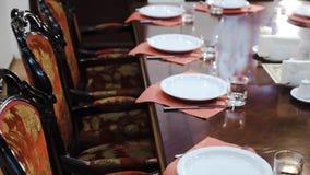 Luxueus meubilair: zachte stoelen met rode stoffenstoffering, grote opgepoetste eettafel, vaatwerk - in prestigieus stock video