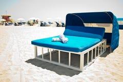 Luxueus strandbed met luifel op een zandig strand Royalty-vrije Stock Foto