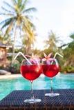 Luxueus strandhotel, twee mooi exotisch cocktails dichtbij zwembad, vakantie stock foto's
