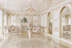 Luxueus uitstekend binnenland met open haard in de aristrocratische stijl Royalty-vrije Stock Foto's