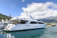 Luxueus wit jachtparkeren bij de haven Stock Afbeelding