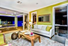 Luxueus woonkamerbinnenland met banken en buitensporige decoratie royalty-vrije stock afbeelding