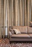 Luxueuze bruine sofa royalty-vrije stock foto's