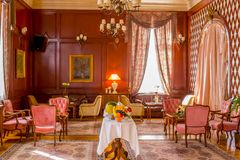 Luxueuze die stijlvergaderzaal op gasten wordt voorbereid stock afbeelding