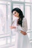 Luxueuze donkerbruin in een witte kleding Stock Afbeelding