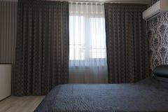 luxueuze donkere gordijnen in de slaapkamer royalty vrije stock foto