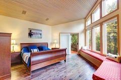 Luxueuze hoofdslaapkamer met vensterzetel stock fotografie