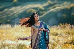 Luxueuze Indische vrouw die in traditionele natuurlijke kleding dansen royalty-vrije stock foto
