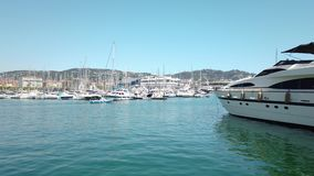 Luxueuze jachten en boten in de havenhaven van Cannes bij Middellandse Zee stock videobeelden