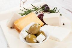 Luxueuze kaas en olijfachtergrond. Royalty-vrije Stock Afbeelding
