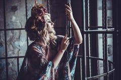 Luxueuze manier modieus meisje in kooi Bloemkleding en een wr royalty-vrije stock foto