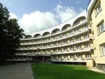 Luxueuze mening van het hotel op de achtergrond van groen gazon met landschap stock foto