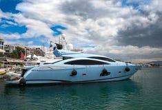 Luxueuze motorboot bij jachthaven van Zeas in Piraeus stad, Griekenland Royalty-vrije Stock Foto