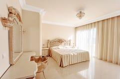 Luxueuze slaapkamer in pastelkleurkleuren in een neoklassieke stijl, verstand royalty-vrije stock afbeeldingen