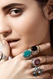 Luxueuze stijl met ontzagwekkende elegante juwelen, uitstekende ring Romantische bohotoebehoren Royalty-vrije Stock Foto's