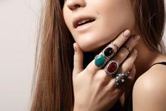 Luxueuze stijl met ontzagwekkende elegante juwelen, uitstekende ring Romantische bohotoebehoren Stock Foto