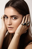 Luxueuze stijl met ontzagwekkende elegante juwelen, uitstekende ring Romantische bohotoebehoren Stock Afbeeldingen