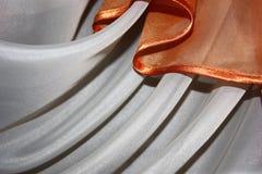 Luxueuze stof of vloeibare golf of golvende vouwen van zijdetextuur stock afbeeldingen