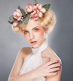 Luxueuze supermodel mooie blonde in kroon Stock Foto's