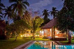 Luxueuze Tropische Toevlucht bij Nacht stock foto