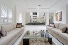 Luxueuze witte nieuwe woonkamer Royalty-vrije Stock Foto's