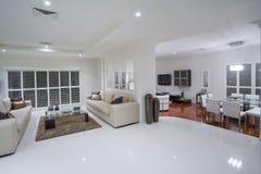 Luxueuze woonkamers met eettafel in ba Stock Foto