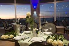 Luxuriöse Abendtischeinstellung Lizenzfreies Stockbild