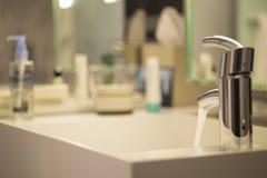 Luxuriöse Badezimmernahaufnahme - wässern Sie Tropfen vom Hahn Lizenzfreies Stockfoto