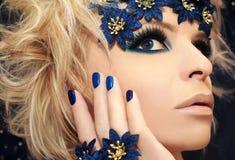 Luxuriöse blaue Maniküre und Make-up. Lizenzfreie Stockfotos