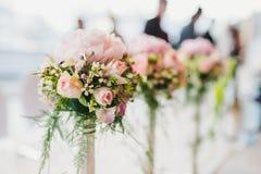 Luxuriöse Blume von Blumen auf Tabelle Stockbilder
