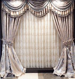 Luxuriöse Fenstertrennvorhänge stockfotografie