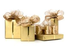 Luxuriöse Geschenke getrennt auf weißem Hintergrund Lizenzfreie Stockfotos