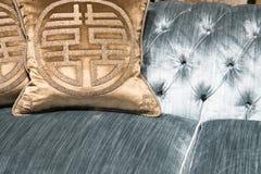 Luxuriöse Goldkissen auf teurem blauem Sofa Lizenzfreies Stockbild