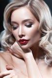 Luxuriöse junge blonde Frau mit rotem Lippenstift Stockfoto