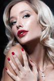 Luxuriöse junge blonde Frau mit rotem Lippenstift Stockfotos