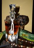 Luxuriöse Kristallflasche Whisky- und Weinglas auf dem Tisch stockbilder