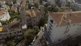 Luxuriöse Schloss ähnliche Villa, die in der Stadt unter den Apartmenthäusern, von der Luft steht stock video footage