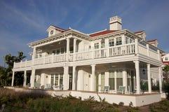 Luxuriöse Strand-Frontseiten-Anpassungen auf einem Sommer D Stockfotos